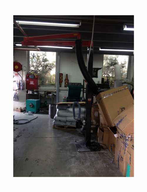 מערכת ואקום להרמת שקים במפעל לפלסטיק