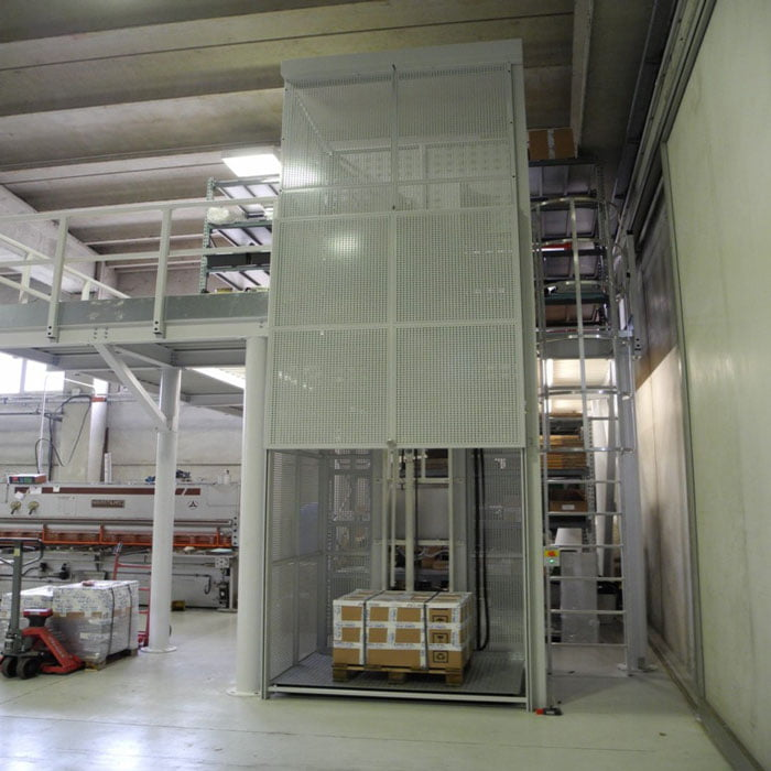 מעלית משא תוצרת איטליה3 1 - מאמרים - מלגזות, במות הרמה וציוד הרמה ושינוע